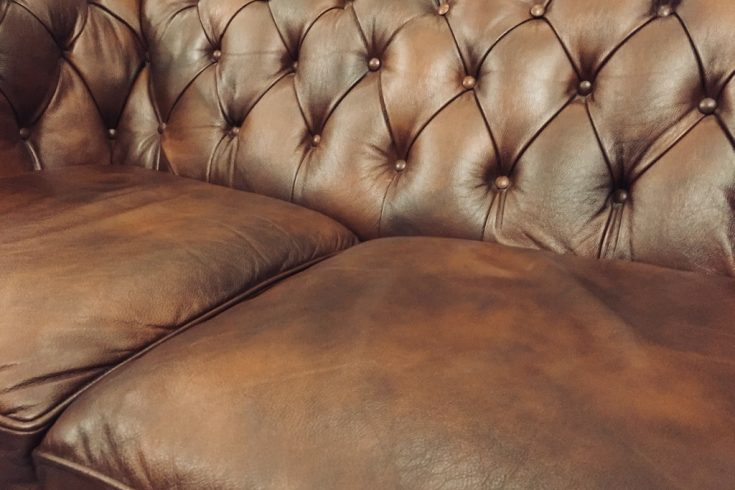 the-crown-rezension-sofa-braun-sewing-and-scones