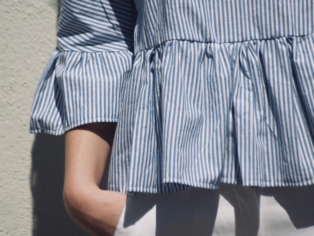 blau-weiss-gestreifte-bluse-details-der-rueschen