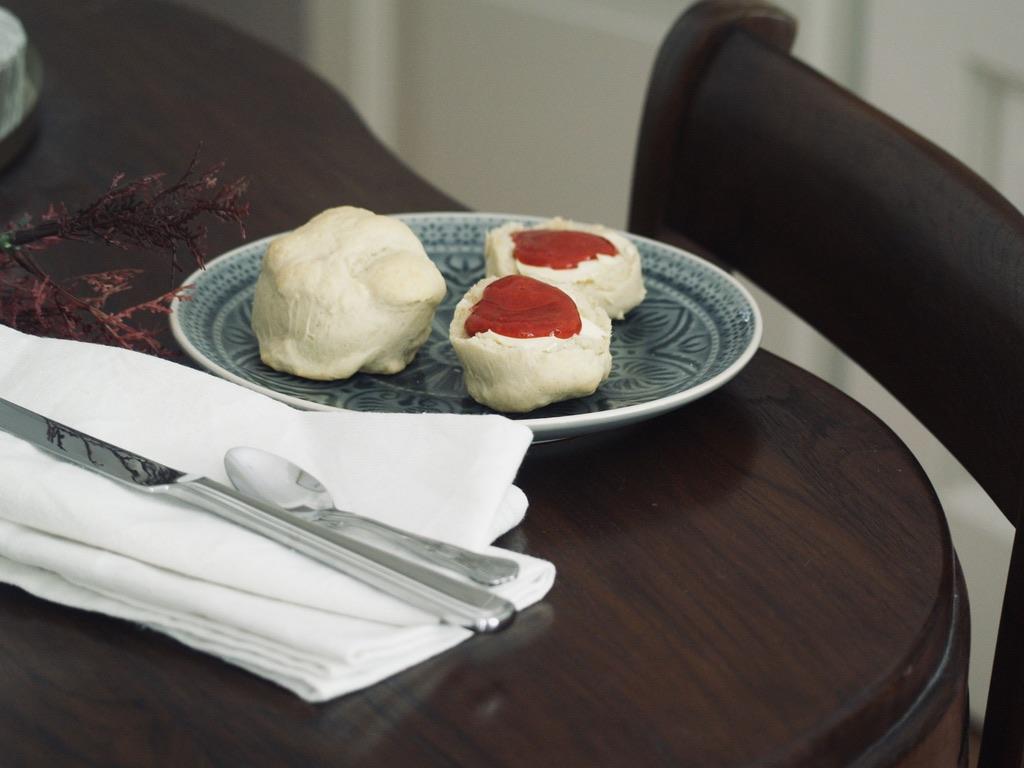 scones-mit-dinkelmehl-auf-teller