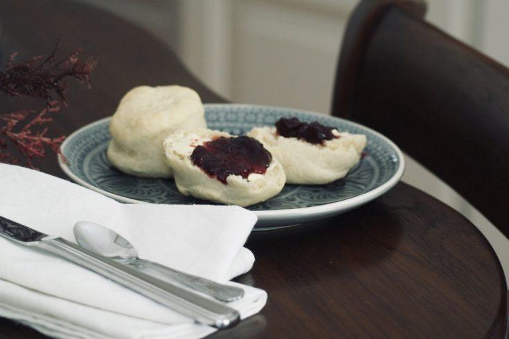 dinkel-scones-mit-dinkelmehl-und-ohne-kuhmilch-auf-teller