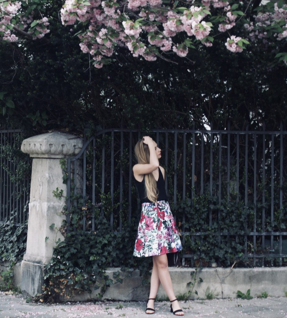 upcycling-sommerkleid-unter-rosa-baum-scaled