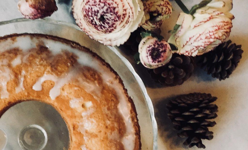 zitronenkuchen-mit-blumen-und-tannenzapfen