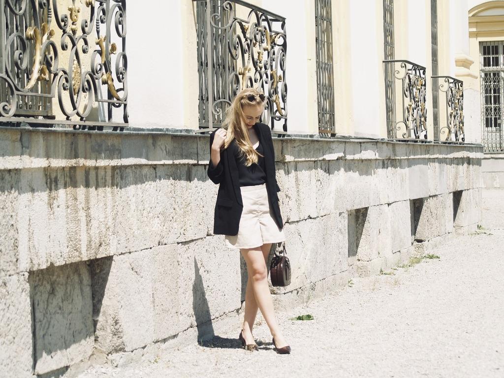 leinen-shorts-mit-schwarzem-blazer