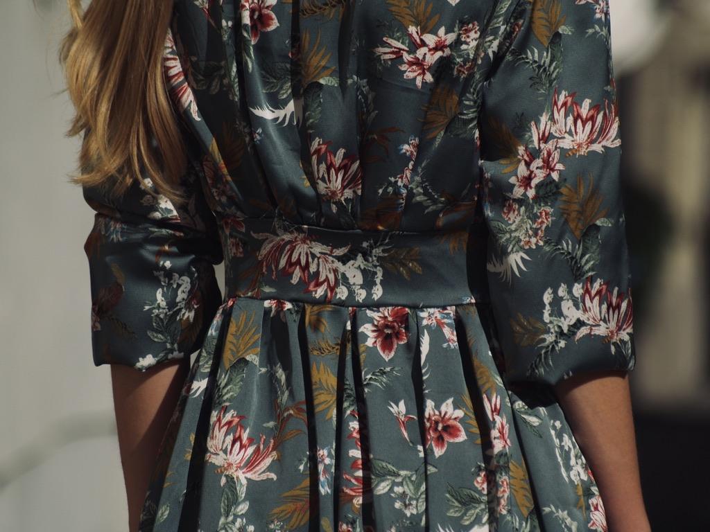 rueckenansicht-kleid-aus-georgette-mit-blumenranken