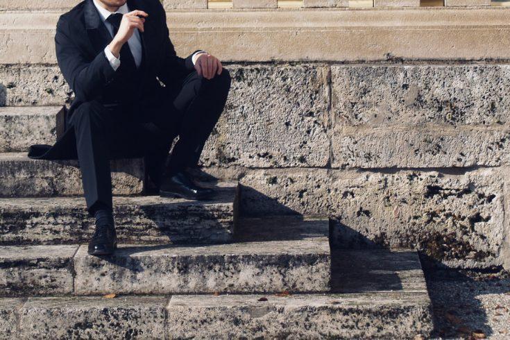 herrenfrack-naehen-tel-1-mann-auf-treppe-sitzend