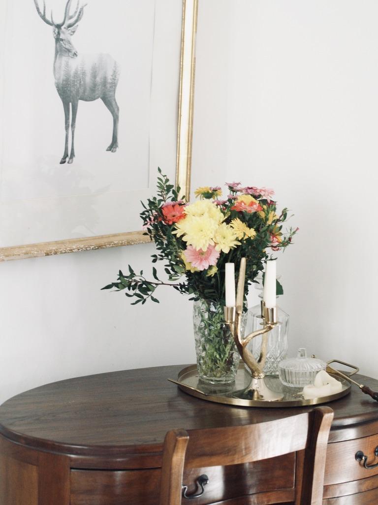 Hirsch-Zeichnung-und-Blumenstrauss