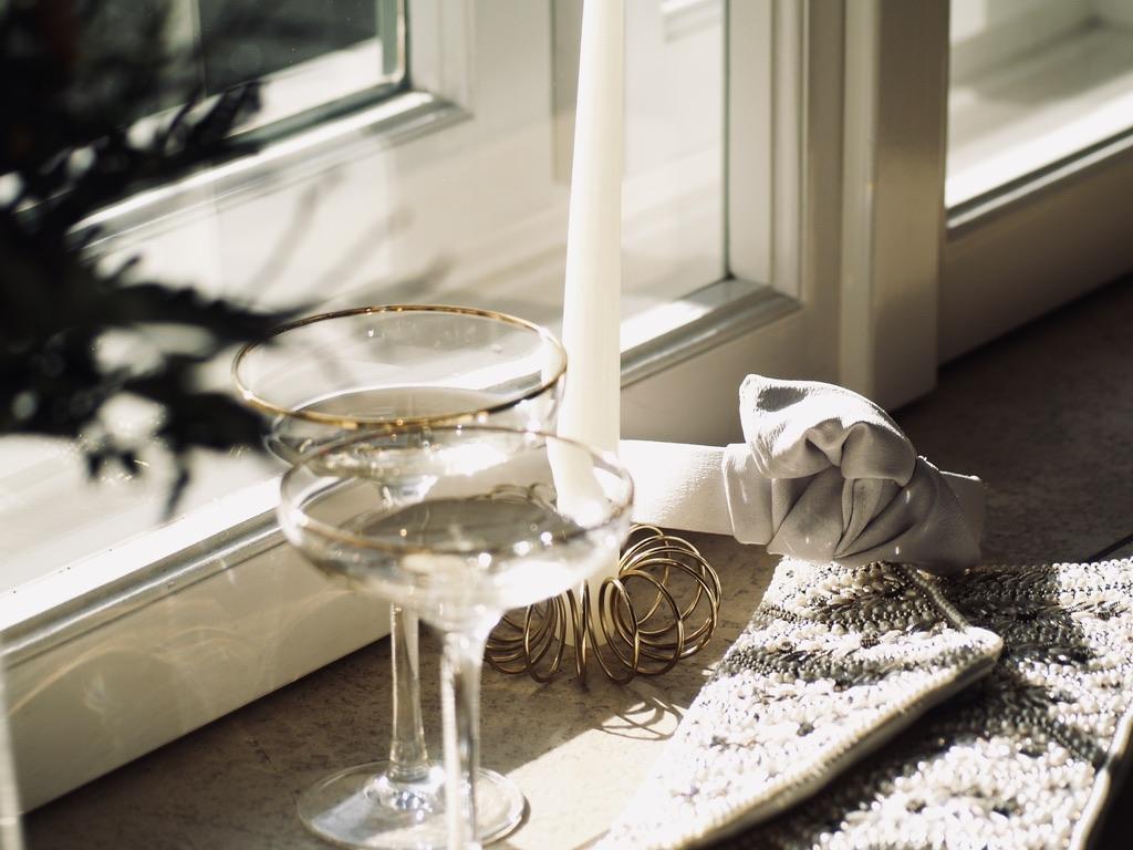 selbstgenaehter-haarreif-neben-zwei-champagner-schalen
