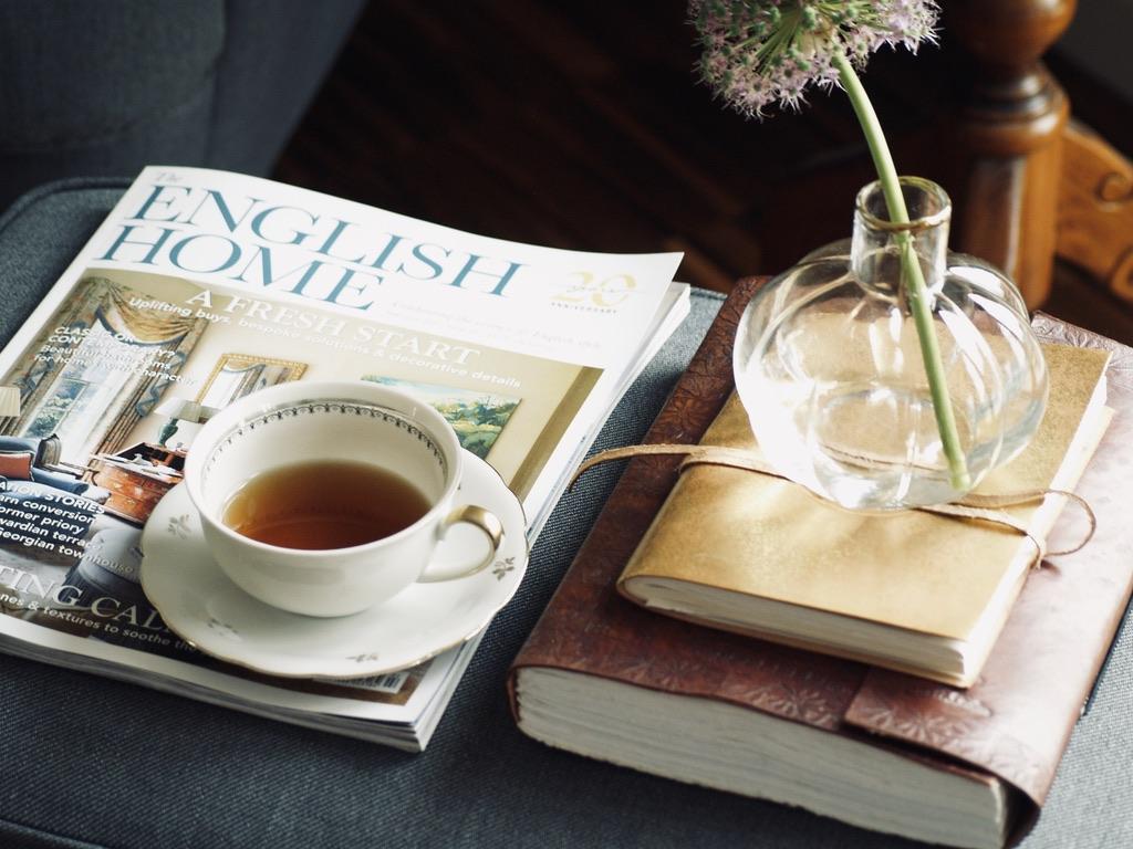 interior-magazin-mit-teetasse-und-buechern